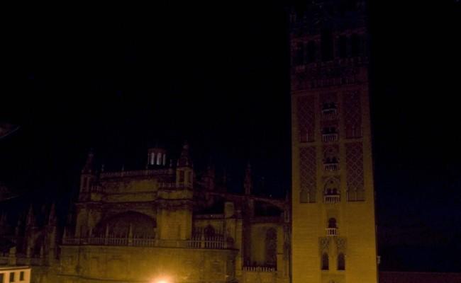 Las luces que iluminan la Giralda apagadas durante «La Hora del Planeta»