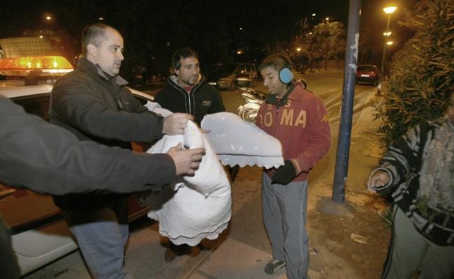 El Cecop social entrega mantas en una imagen de archivo /ABC
