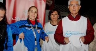 Varios voluntarios en la recogida de alimentos en el estadio Ramón Sánchez Pizjuán / R. Sánchez