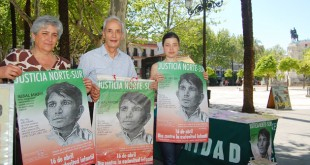 Tres voluntarios del Movimiento Cultural Cristiano en La Plaza Nueva