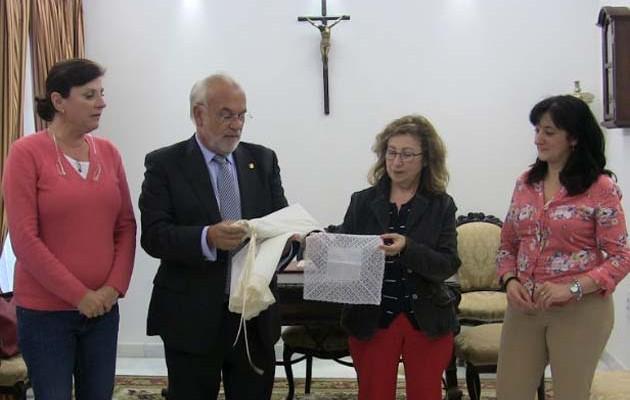 Entrega de las enaguas en un acto en la casa de hermandad / Ayuntamiento de Sevilla