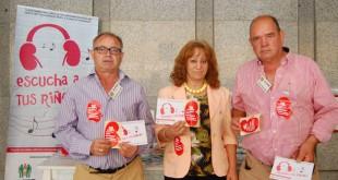 El presidente de la Alcer Giralda, José Soto, junto a dos voluntarios de la asociación / L. Álvarez