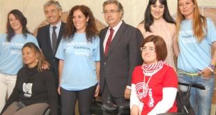 Miembros y voluntarios de la Fundación Konecta y de la Fundación También, junto con el alcalde de Sevilla Juan Ignacio Zoido