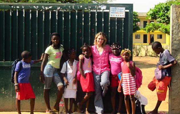 """La """"profesora de Matemáticas"""", Patricia G. Mahamud, con sus alumnos en la puerta del colegio."""