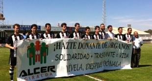 Jugadores del C.D. con una pancarta de ALCER Giralda / ALCER