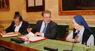 Juan Ignacio Zoido firma el acuerdo junto con Sor Isabel y Sor Modesta / L. Álvarez