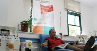Un hombre dona sangre en el Centro de Transfusión de Sevilla / L. Álvarez