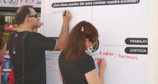 La asociación ha instalado «paneles participativos» / L. Montes