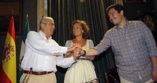 Firma del convenio del Ayuntamiento con la asociacion Entre Amigos para crear un catering social en el Poligono Sur