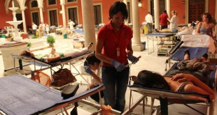 Un total de 30 camillas se han dispuestos en el patio de la sede social de Cajasol / Rafael Sánchez