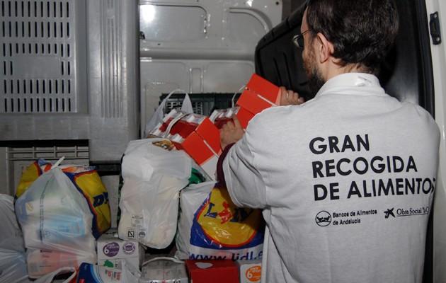 Un voluntario del Banco de Alimentos en una de sus recogidas de alimentos / ABC