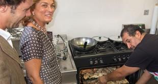 La delegada de Familia, Asuntos Sociales y Zonas de Especial Actuación y el delegado del Distrito Cerro-Amate en el nuevo catering social / P. Barahona