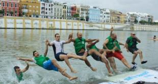 Un grupo de personas celebran el «Big Jump» en el Guadalquivir / WWF
