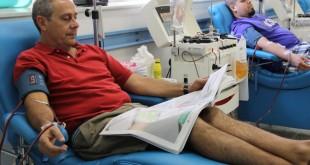 Dos donantes de sangre en el Centro Regional de Transfusión Sanguínea / L. Álvarez