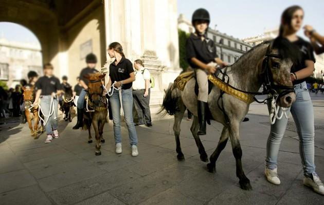 Quince niños y niñas cruzan el Arquillo del Ayuntamiento en poni / Kako Rangel