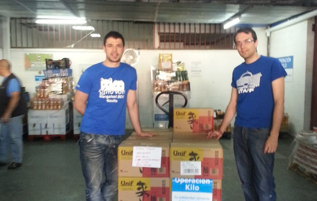 Jesús Benito Nogales, director general de Mangafest (izquierda) y David Herrera, director de relaciones institucionales de Mangafest (derecha), durante la donación