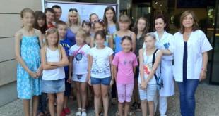 El grupo de niños bielorrusos de la Hermandad del Cachorro el pasado año en la Facultad de Odontología