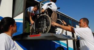 Ana Belén observa como suben al último chico al autobús / L. Álvarez