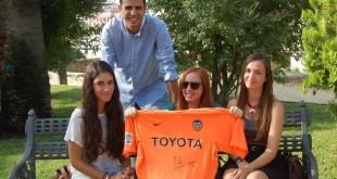 Paula, Germán, Rocío y Clara muestran la camiseta firmada por «El Zurdo» / L. Álvarez