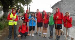 Algunos de los jóvenes que realizaron el Camino y la Silla Roja a la espalda de una de ellos / Entreculturas