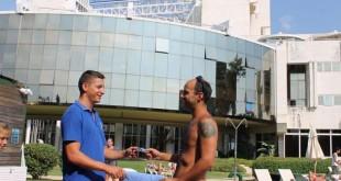 Un huésped participa en la campaña en la piscina del hotel / Silken Al-Andalus