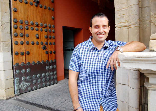 Antonio Jesús Mateos en la puerta del Palacio Arzobispal / R. Sánchez