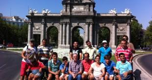 El grupo posa frente e la Puerta de Alcalá de Madrid / San Juan de Dios