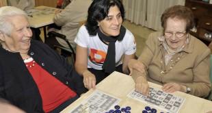 Una voluntaria acompaña a mujeres mayores / Trescom