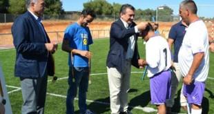 Gordillo participa en la entrega de medallas tras la inauguración del nuevo campo de césped artificial / ASAS