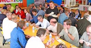 Los beneficiarios del proyecto Miguel de Mañara, durante el almuerzo en el Festival de las Naciones / Festival de las Naciones