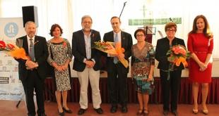 Los premiados de la Gala posan junto al alcalde Toscano y la presidenta de la AECC local / FOTO: Empresa Ganas