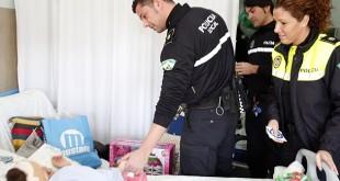 La policía local reparte juguetes entre los niños desde hace varios años / Ayuntamiento de Sevilla
