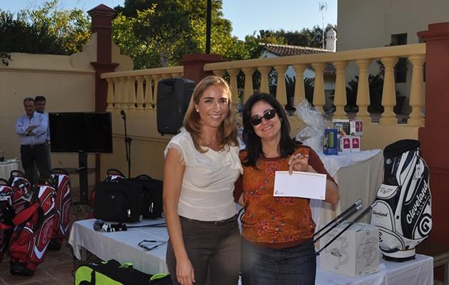Matilde Sánchez, vicepresidenta de Cecofar, entrega la recaudación a María del Mar Manuz, secretaria general de Cáritas Diocesana para Cádiz y Ceuta / Cecofar