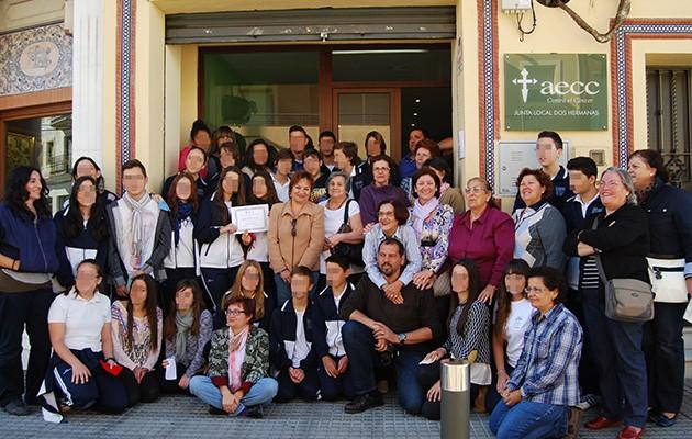 Alumnos del María Zambrano durante la visita a la sede de la AECC de Dos Hermanas / L. M.