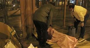 Voluntarios de Cáritas atienden a una persona en la calle / Rocío Ruz