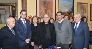 Acto de entrega de las cestas por parte de las hermandes  y la Fundación Cajasol / Fco. Javier Giménez