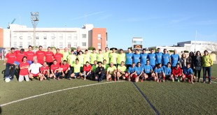 Empresarios locales, maestros y los propios voluntarios posan en el estadio San Sebastián / Vospa