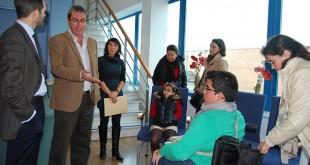 La silla eléctrica permitirá a José Manuel moverse con mayor libertad por su pueblo / L.M.