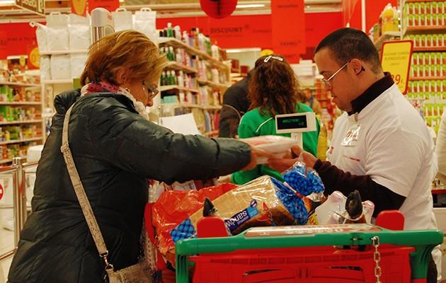 Voluntarios con discapacidad intelectual ayudan en Alcampo con las compras