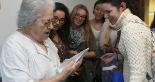Una mujer recibe un regalo de parte de los voluntarios / UPO