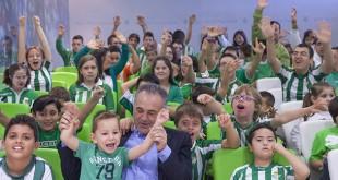 Rafael Gordillo junto a los niños de la Asociación Alcalareña de Educación Especial en una de las fotografías / Nines Fotografía