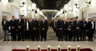 El Parlamento conmemora la memoria de las víctimas del holocausto con un minuto de silencio y el encendido de seis velas / Parlamento de Andalucía