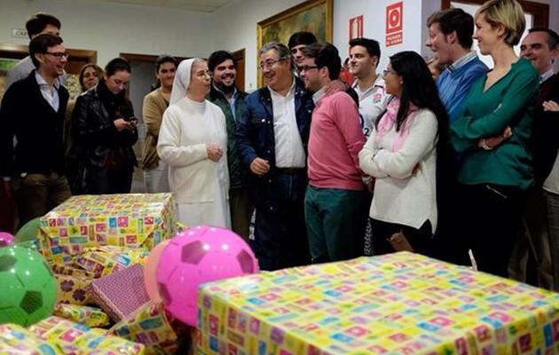 Juan Ignacio Zoido en la entrega de juguetes a las Hijas de la Caridad / Ayuntamiento de Sevilla
