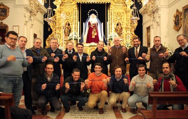 La Junta de Gobierno de la Hermandad de la Estrella posa con las pulseras