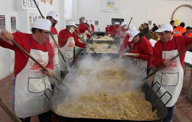 Los voluntarios preparan las migas en la edición de 2013 / ABC