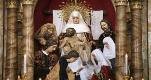 El misterio de la Piedad de la Hermandad de la Sagrada Mortaja en su altar / Felipe Guzmán