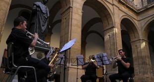 Músicos de la Academia de Estudios Orquestales de la Fundacion Barenboim en el Rectorado / Vanessa Gómez