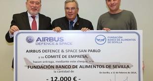 Jesús Espinosa, director del Complejo Industrial San Pablo; Antonio Pérez Sarmiento, en representación de la Fundación Banco de Alimentos de Sevilla, y José Sabas León, presidente del Comité de Empresa de San Pablo.