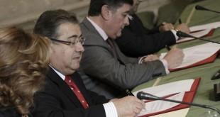 Juan Ignacio Zoido, en el momento de firmar el acuerdo este mediodía / Juan Flores