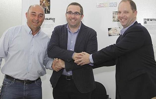Firma del convenio con la Asociación de Discapacitados Aura